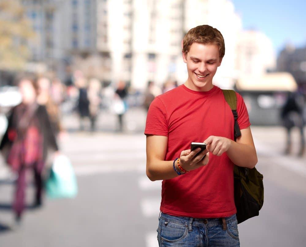 молодой человек со смартфоном в руке